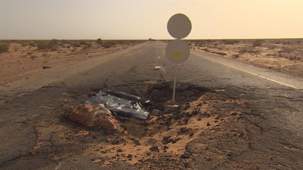 Le cratère laissé par la voiture qui a explosé, mercredi dernier, et qui a enlevé la vie à deux soldats du lieutenant Mohammed Al-Bayoudi.