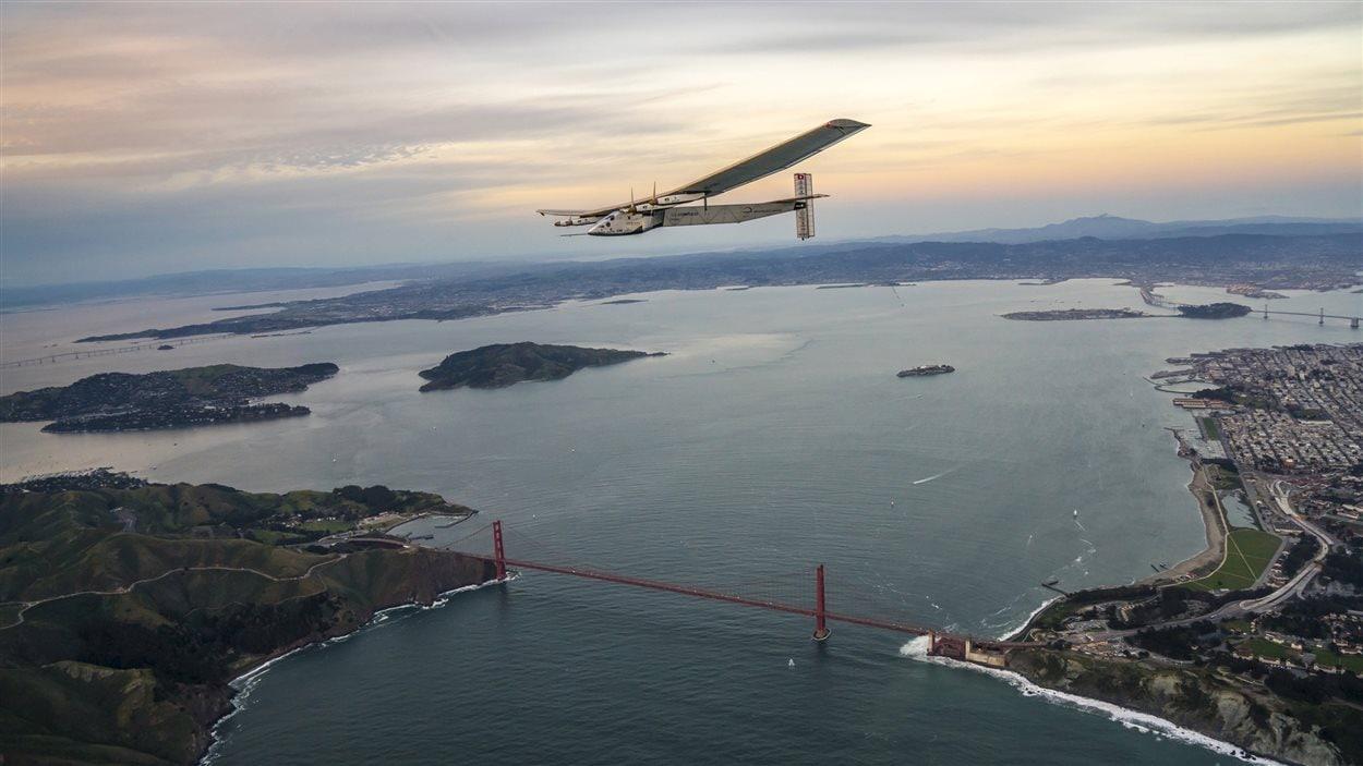 Le Solar Impulse 2 survolant la baie de San Francisco