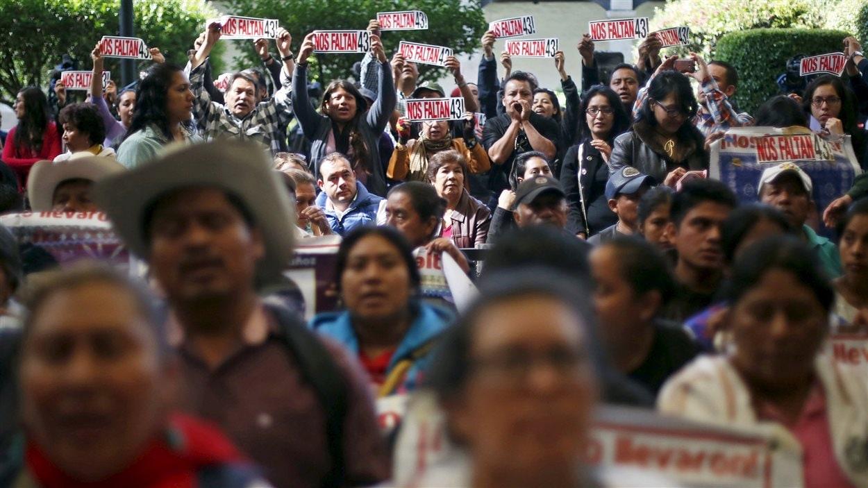 Beaucoup de Mexicains ont manifesté pendant la conférence de presse, avec à la main une affiche indiquant «Il nous en manque 43».