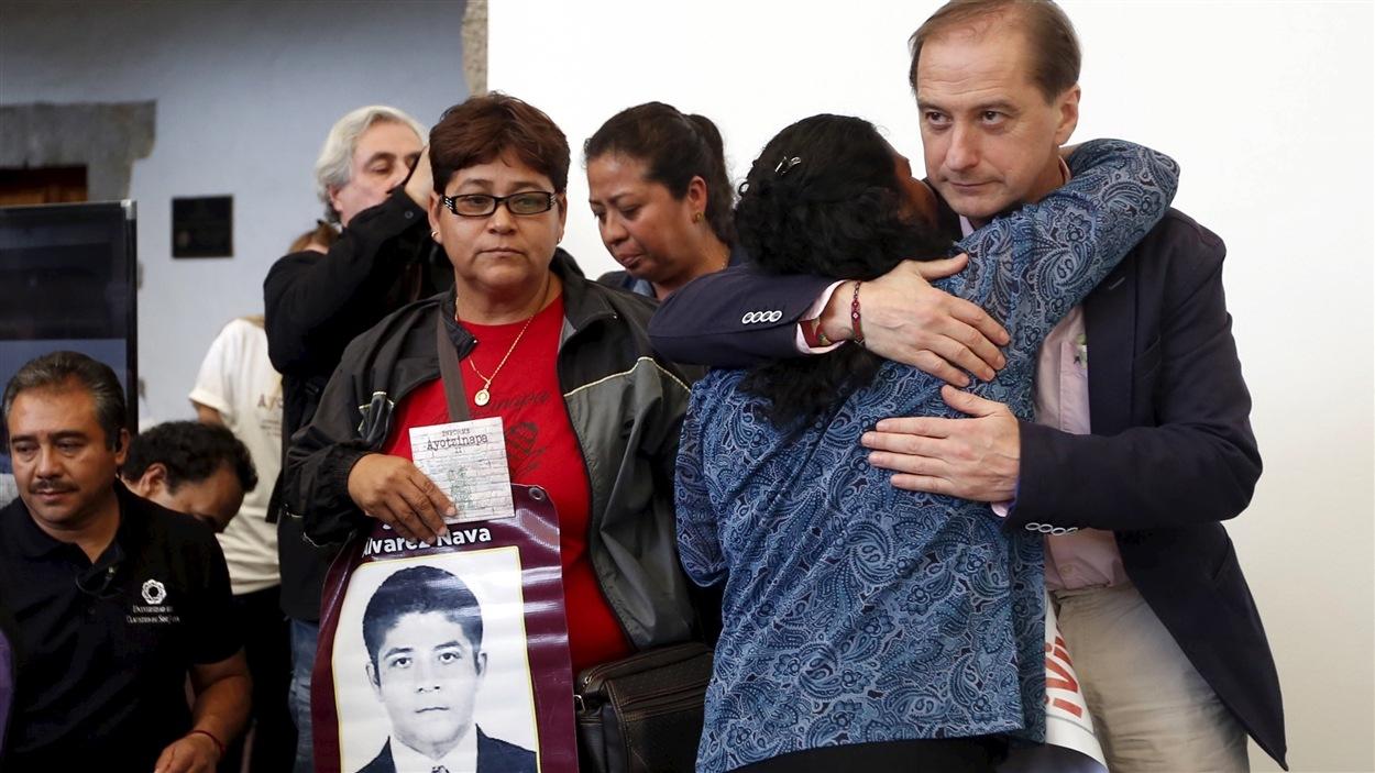 Carlos Beristain de la Commission interaméricaine des droits de l'homme enlace la mère de l'un des étudiants disparus.