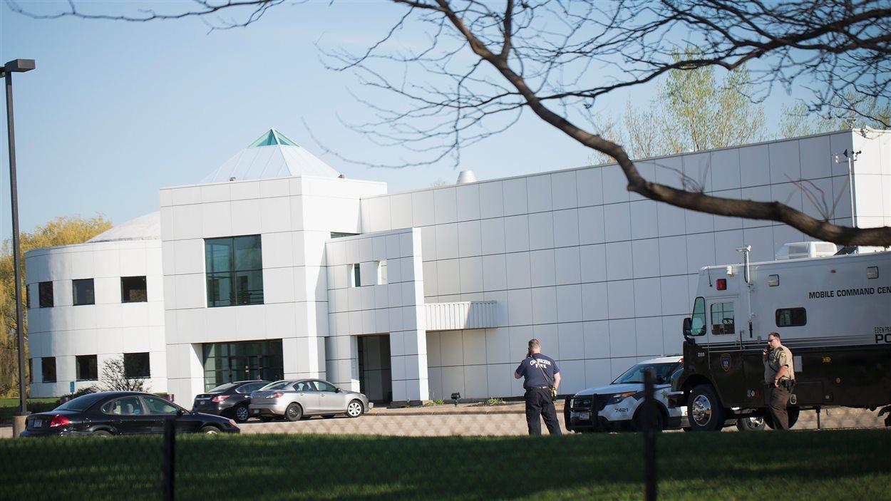 La maison et le studio de Prince gardés par des policiers à Chanhassen, au Minnesota