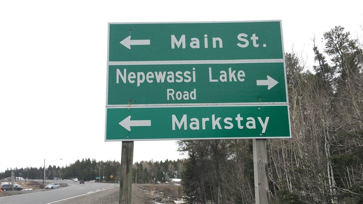 L'intersection de la rue Main et du chemin Nepewassi Lake à Markstay.