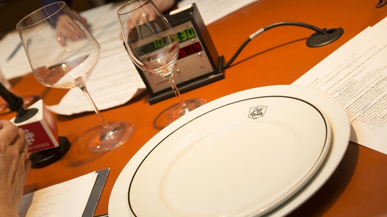 Sur cette photo, le verre et l'assiette de grand format sont de taille semblable à ce qui est utilisé en restauration de nos jours, alors que le verre et l'assiette de petit format représentent les standards des retsaurants d'antan.