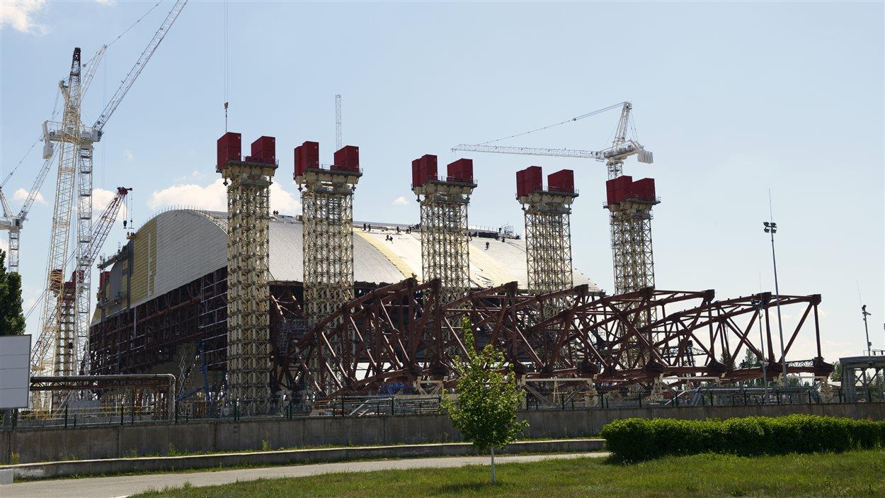 Lorsque la construction de l'enceinte de confinement sera complétée, ce qui devrait être fait en 2017, la structure atteindra plus de 100 mètres de haut.