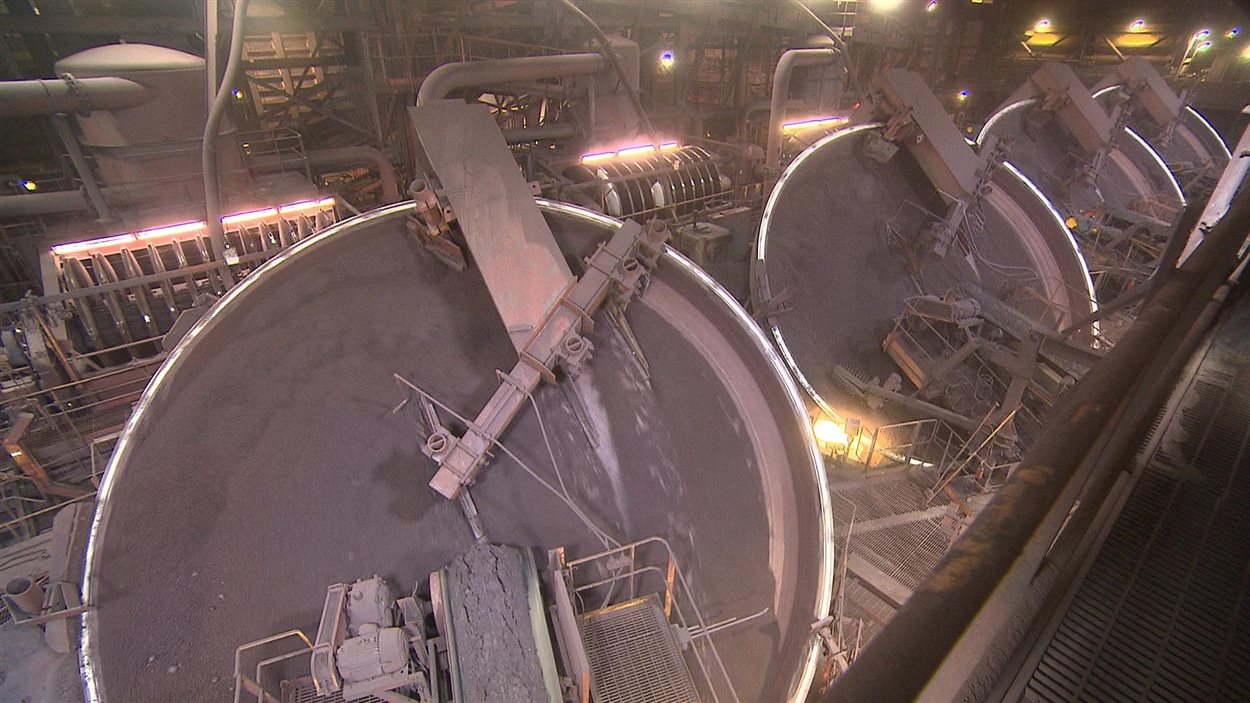 À l'usine d'ArcelorMittal de Port-Cartier, le minerai concentré est aggloméré en boulettes qui seront tamisées avant d'être cuites.