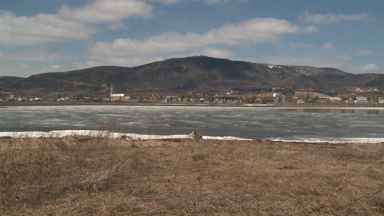 Ville de Carleton-sur-Mer et le mont Saint-Jospeh