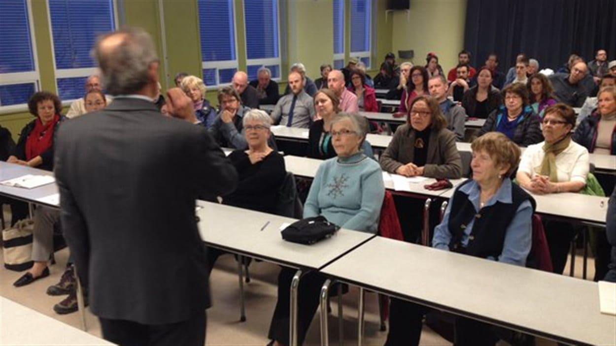 Une cinquantaine de personnes se sont présentées à la réunion d'information.