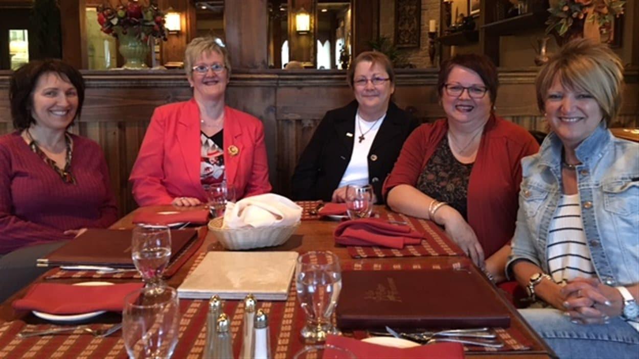 Mireille Pinet, Dianne Butler, Dorina Thériault Haché, Line Thériault, toutes candidates comme conseillères et Carmen Thériault candidate à la mairie.