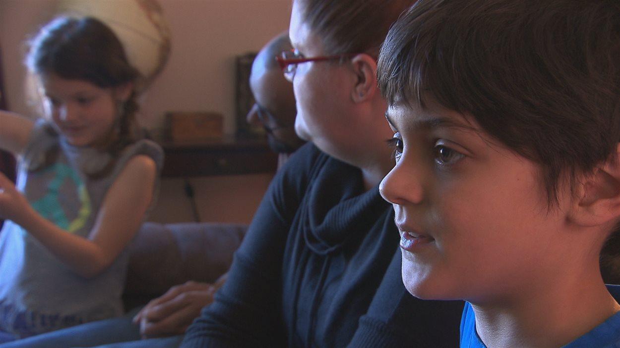 Un jeune garçon autiste et sa famille