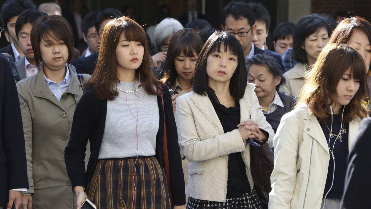 Des piétons dans les rues de Tokyo. pendant l'heure de pointe