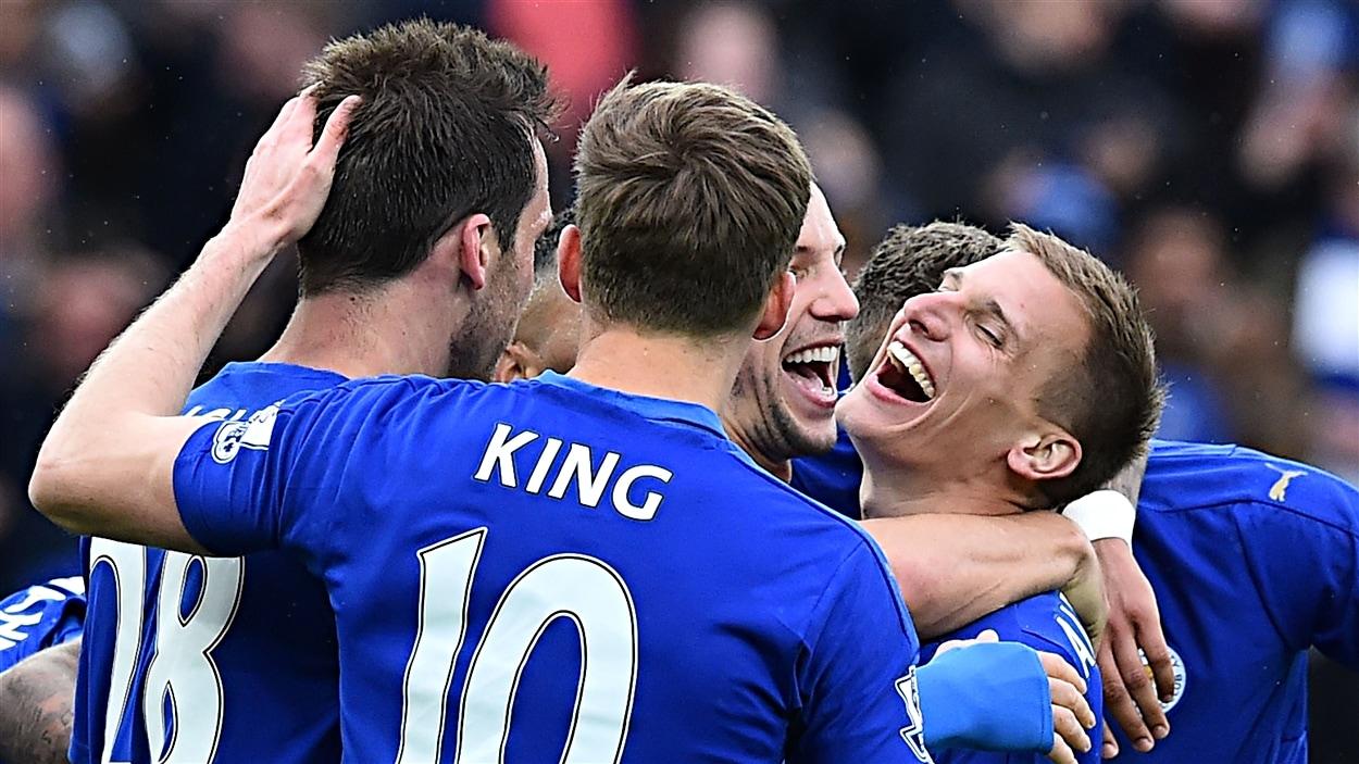 Les joueurs de Leicester City FC célèbrent un but dans leur plus récente victoire de 4-0 sur Swansea qui leur a permis de creuser leur avance sur Tottenham.