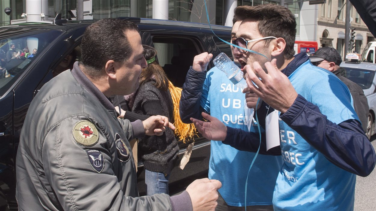 Un chauffeur de taxi confronte des partisans d'Uber, vendredi, au centre-ville de Montréal.
