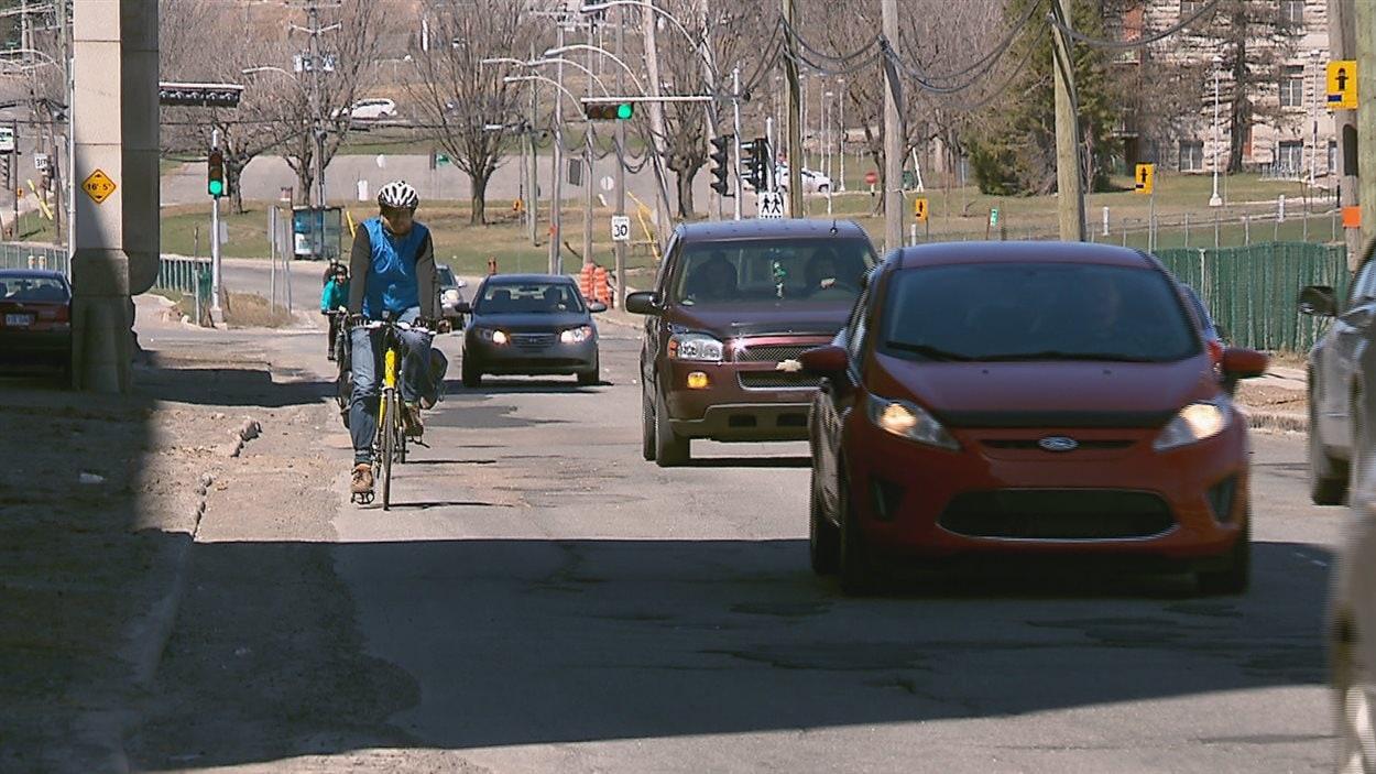 Le gouvernement va de l'avant avec l'imposition d'une distance minimale à respecter lorsqu'un véhicule dépasse un cycliste.