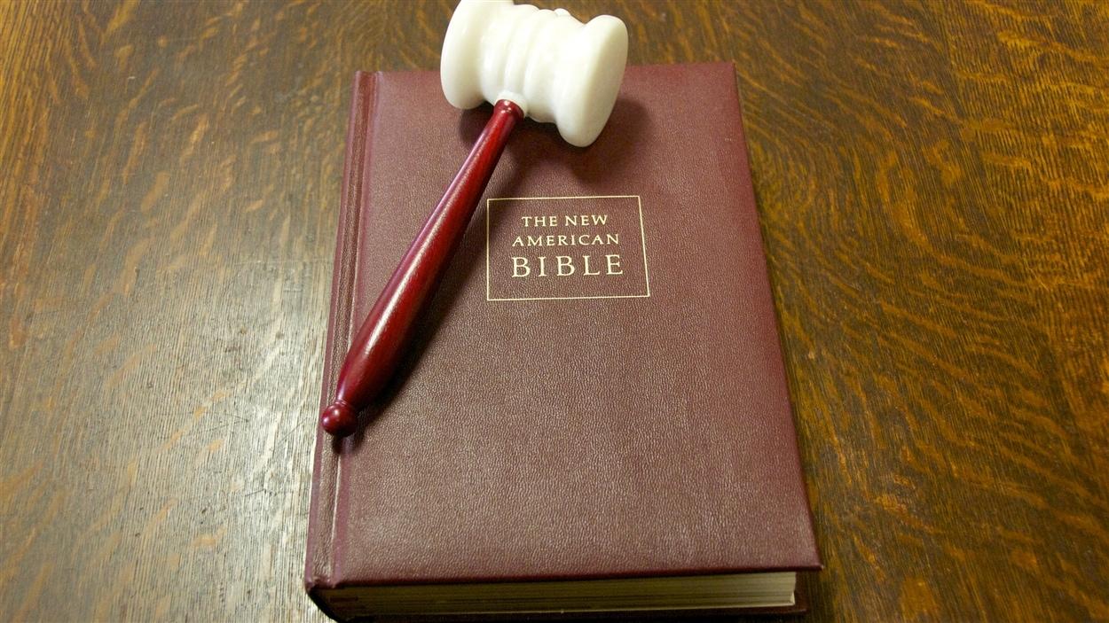 Une copie de la bible dans le bureau du Temple maçonnique de Montréal