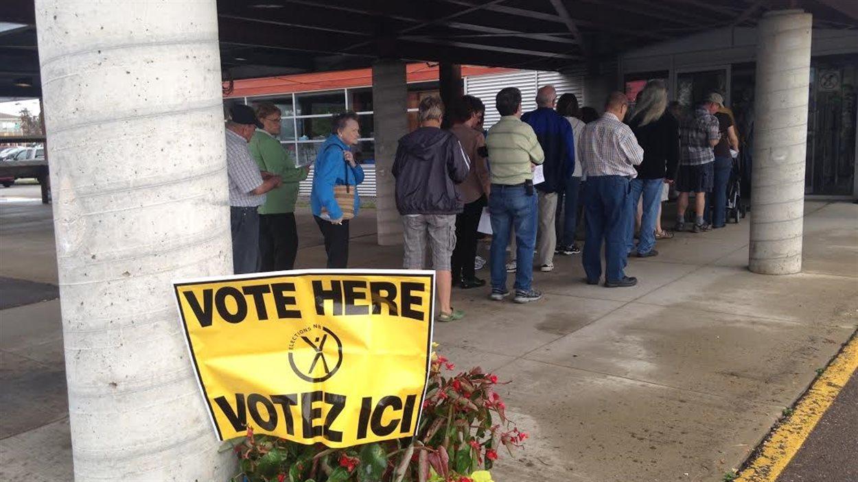 Électeurs à un bureau de vote
