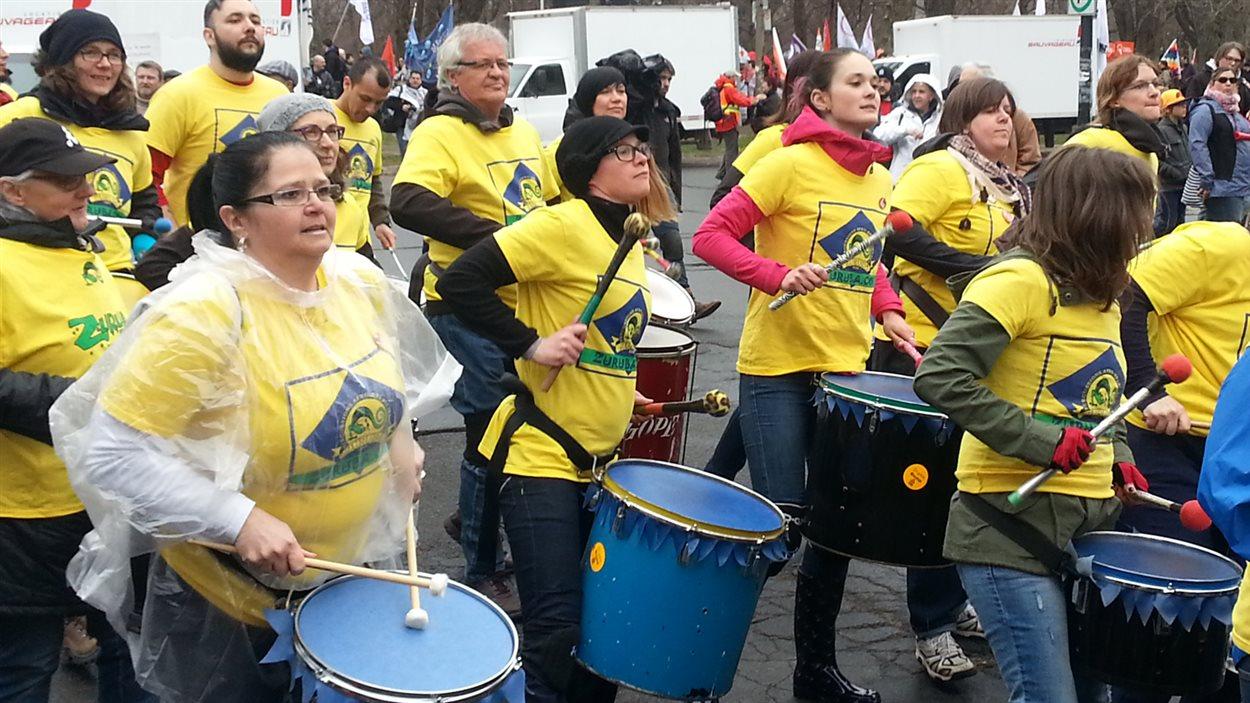 Des centaines de personnes marchent dans les rues de Montréal à l'occasion de la Fête des travailleurs.