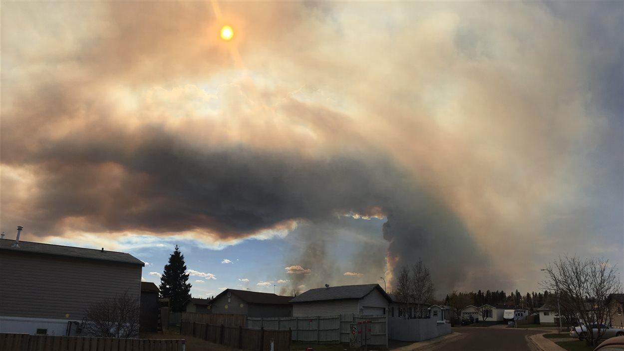 Un épais nuage de fumée au-dessus du quartier Beacon Hill, à Fort McMurray