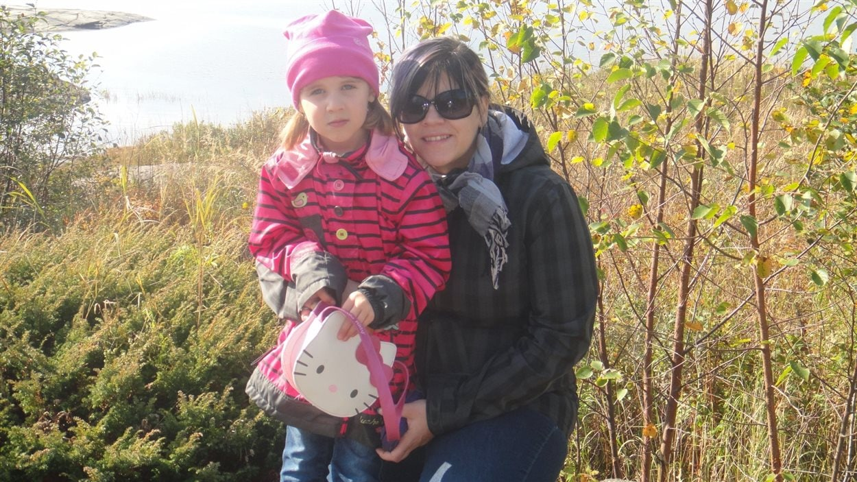 Annie Thiebault accompagnée de sa fille Élisa, atteinte du trouble du spectre de l'autisme.
