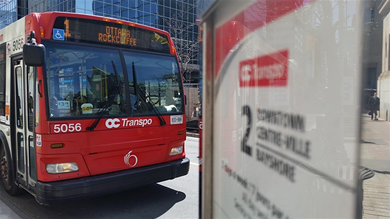 Un autobus de la ligne 1 Ottawa-Rockcliffe d'OC Transpo à l'intersection des rues Bank et Wellington, à Ottawa