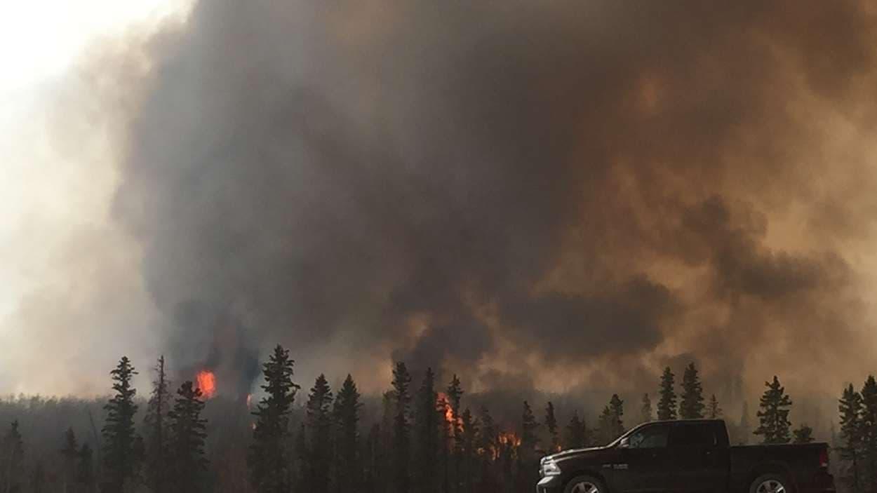 Les flames approchent  l'autoroute 63 près de Fort McMurray.