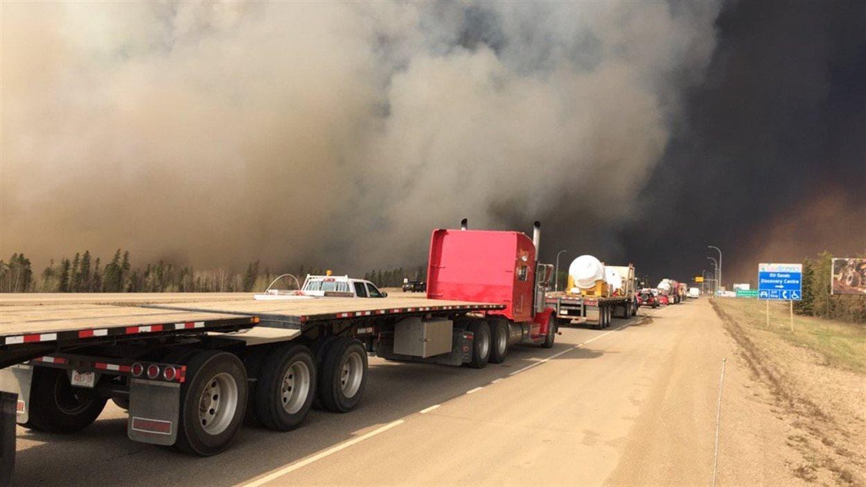 La circulation ralentie sur l'autoroute 63 en arrivant Fort McMurray, en raison des feux de forêt.