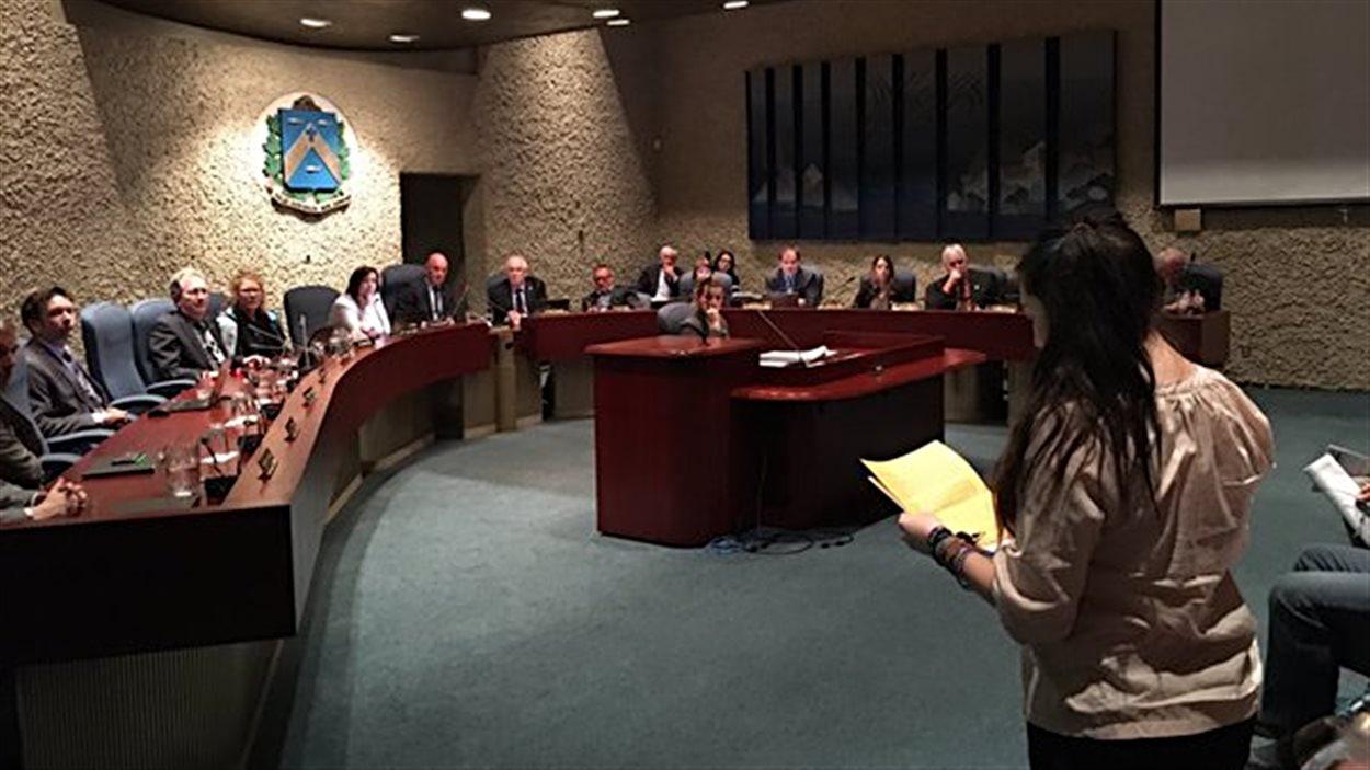 Joanie Milette dépose la pétition pour les poules urbaines à Trois-Rivières.