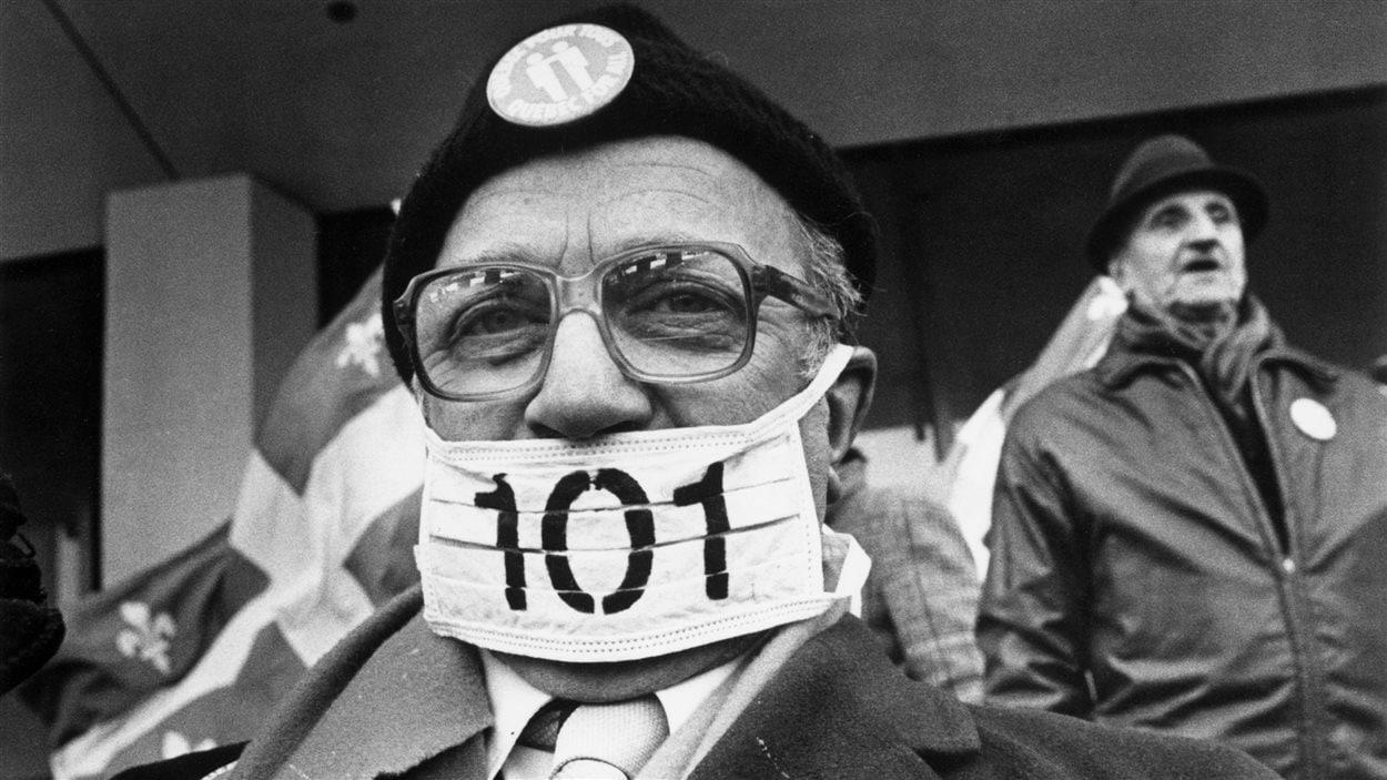 Un manifestant contre la loi 101.