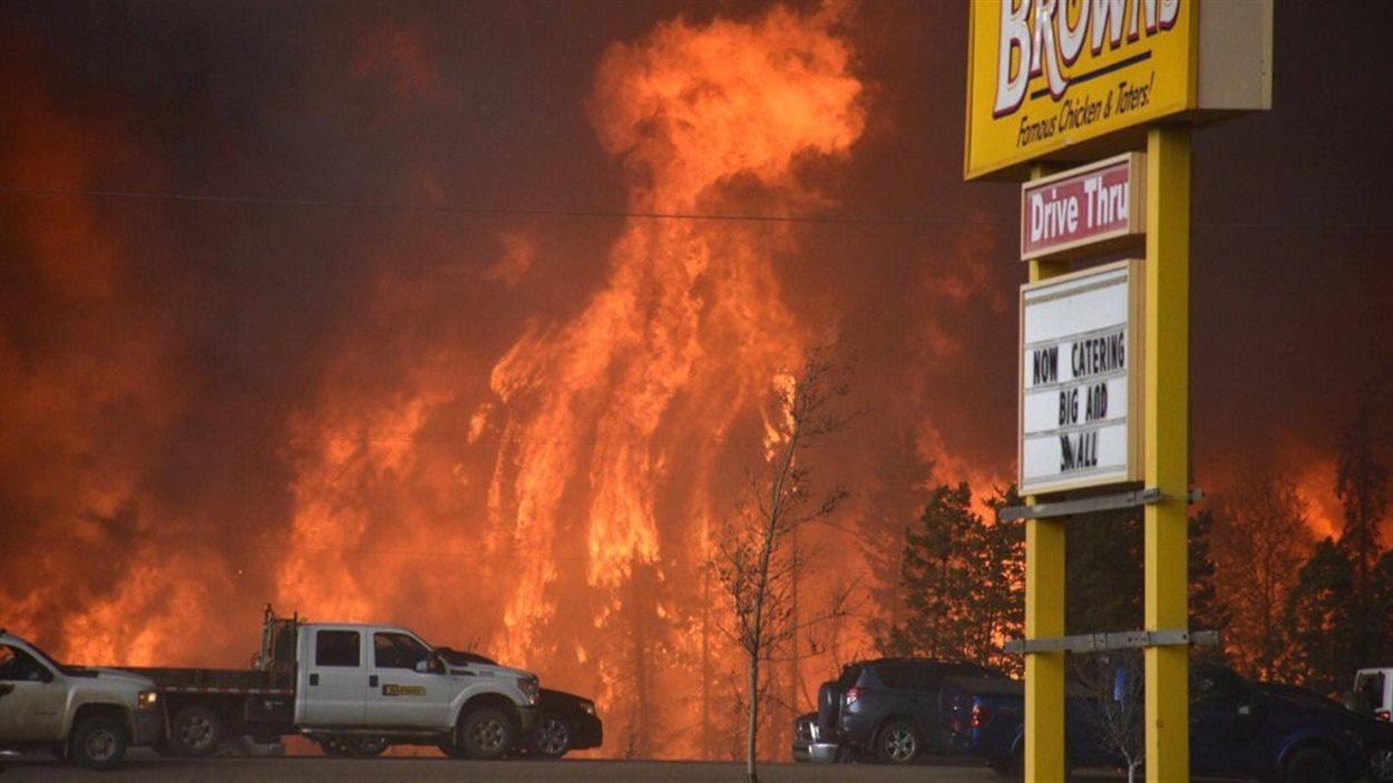 Vue des feux de forêts qui font rage dans la région de Fort McMurray, en Alberta