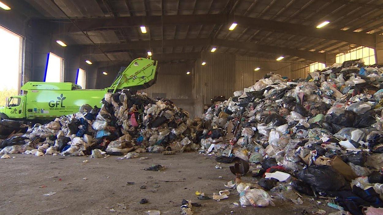 Au centre de tri de Halifax, en Nouvelle-Écosse, on retrouve de plus en plus de vêtements parmi les déchets, une conséquence liée au phénomène de la fast-fashion.