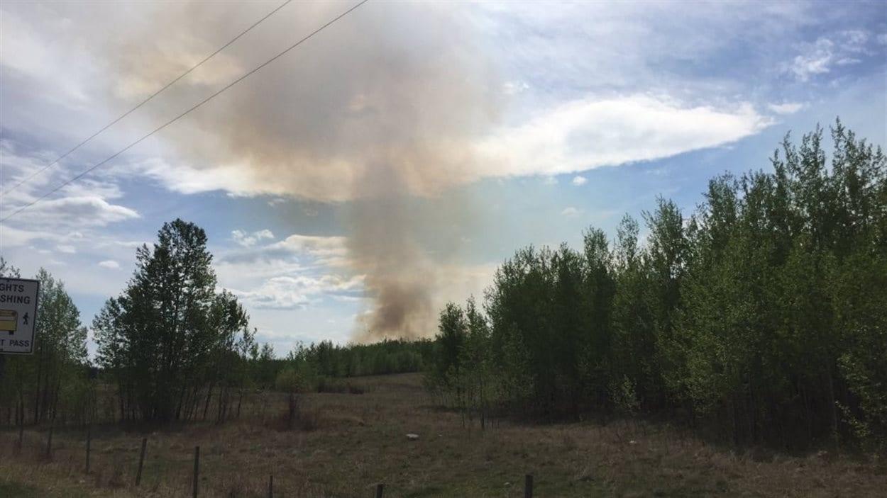 Le feu dans le comté Lac Sainte-Anne.