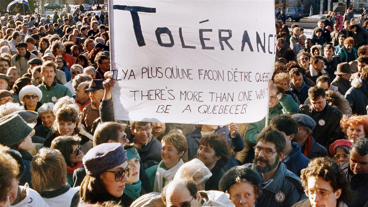 Des membres de la communauté anglophone du Québec manifestent à Montréal le 8 janvier 1989 contre la loi 178.