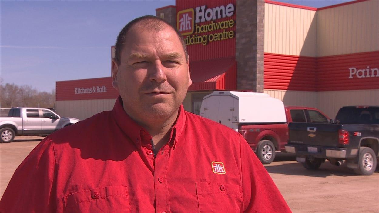 Eugene Rioux, propriétaire d'une quincaillerie à Saint-Laurent au Manitoba.