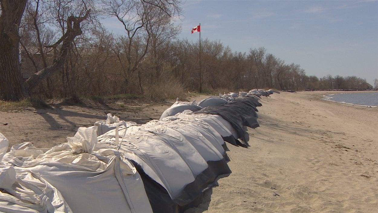 La digue de secours installée à Saint-Laurent pour protéger les résidents du lac.