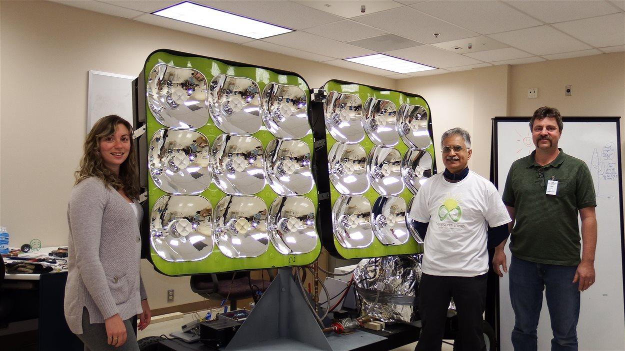 L'inventeur et président de l'entreprise Crystal Green Energy Gilles Leduc (à droite) avec son panneau solaire 4X plus puissant que la moyenne sur le marché.