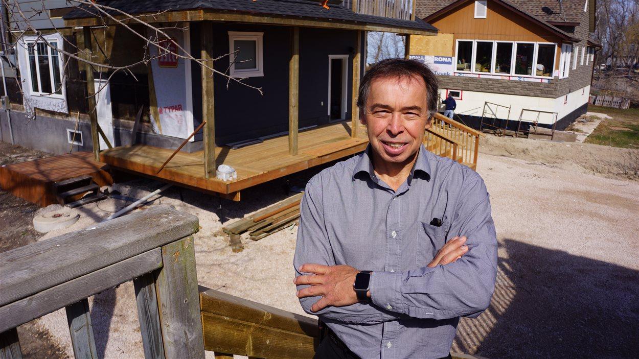 Louis Allain devant sa maison reconstruite à Saint-Laurent.