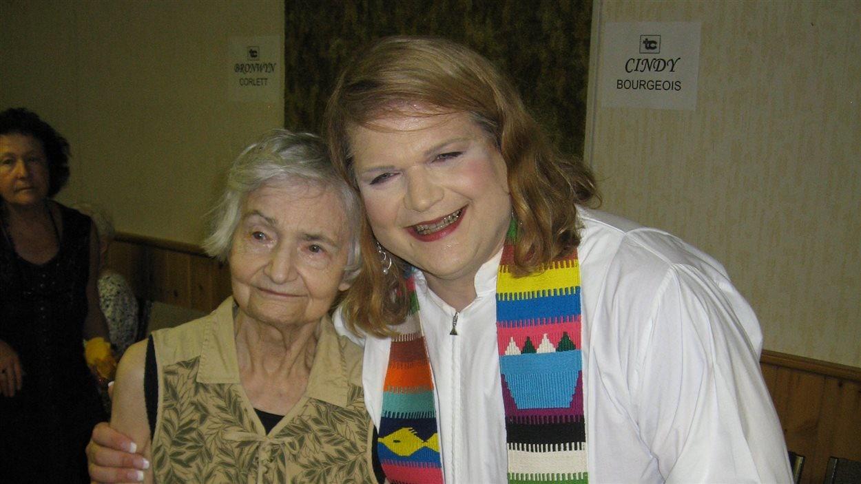 Cindy Bourgeois avec sa mère lors de son ordination en 2010