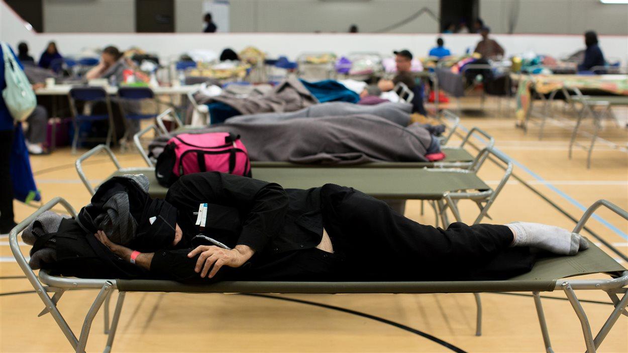 Des résidents de Fort McMurray se reposent au centre communautaire de la municipalité Anzac, en Alberta, après avoir évacué leur domicile.