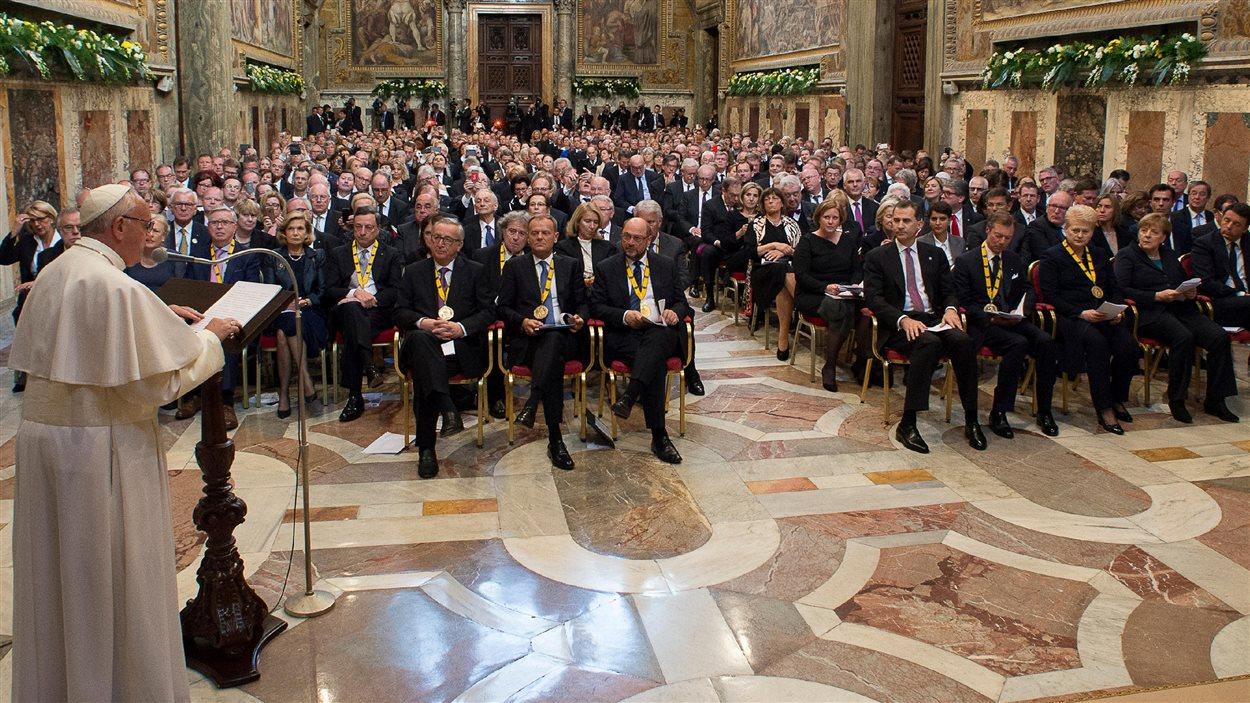 Le pape François, au Vatican, dans l'immense salle Regia, devant un parterre de dignitaires.