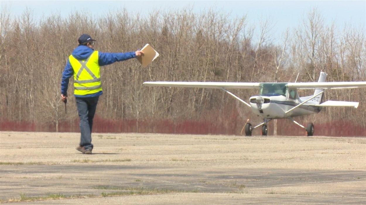 Avion qui se dirige sur le tarmac. Une quinzaine de pilotes de partout dans l'Est du Québec se sont présentés à l'événement matanais.