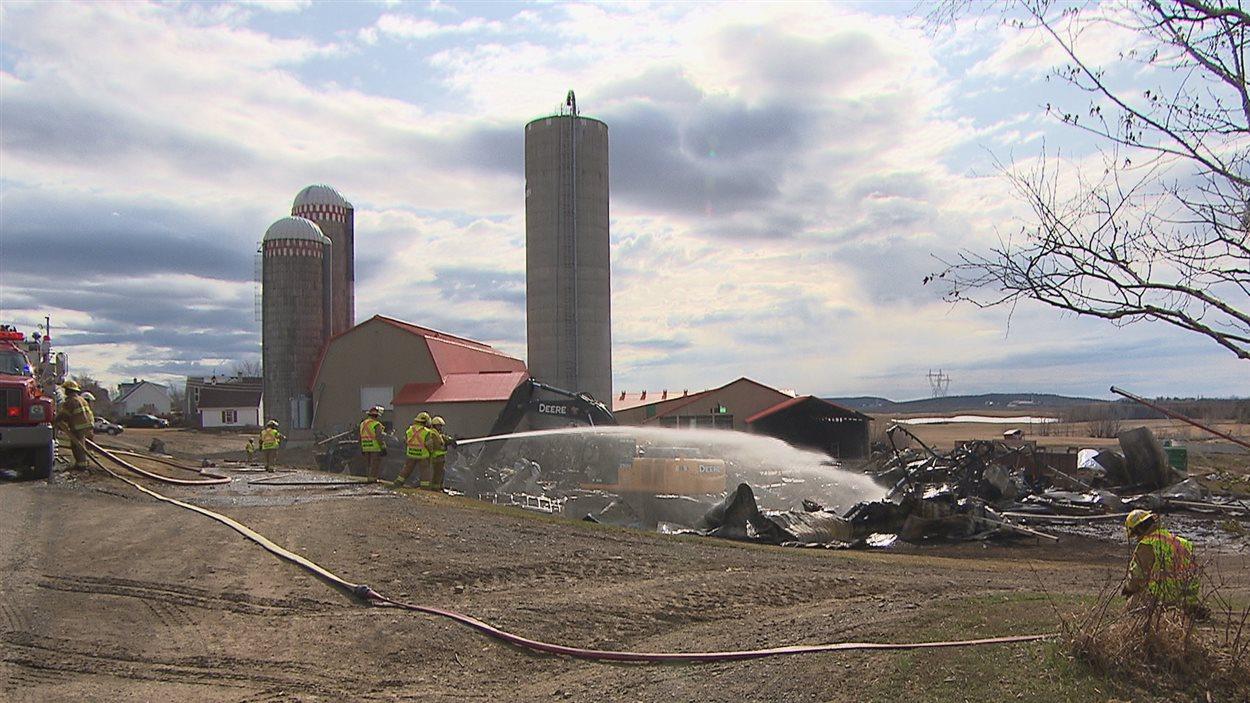 L'incendie a ravagé un garage de ferme au Bic et s'est propagé dans le champ avoisinant.