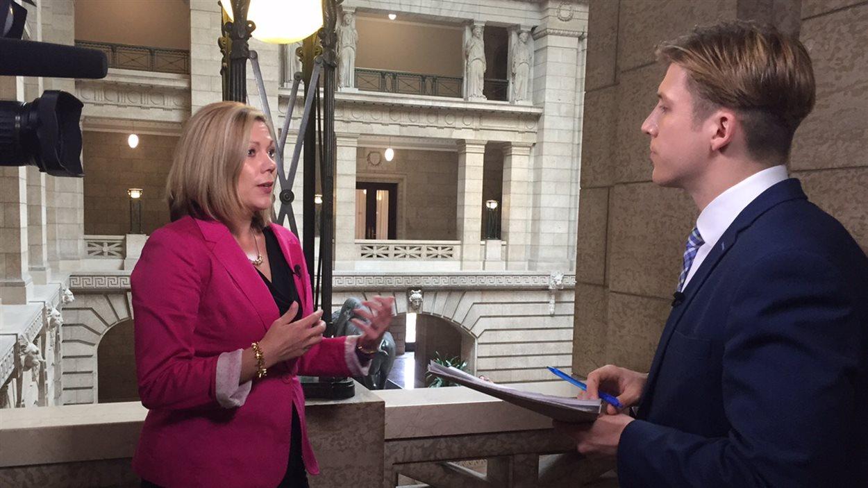 La ministre des Affaires francophones du Manitoba, Rochelle Squires, en entrevue avec le journaliste Samuel Rancourt.