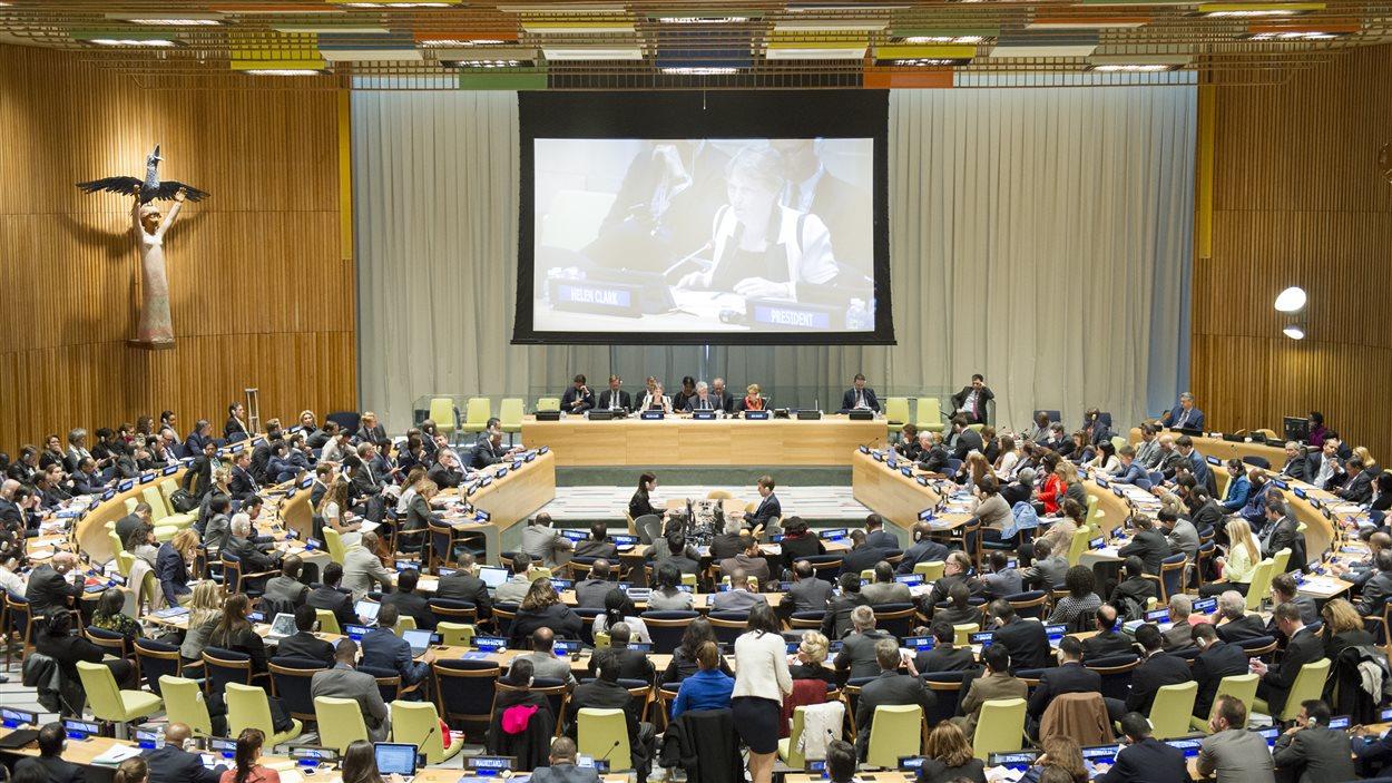 L'Assemblée générale de l'ONU écoute la présentation de Helen Clark, le 14 avril 2016.