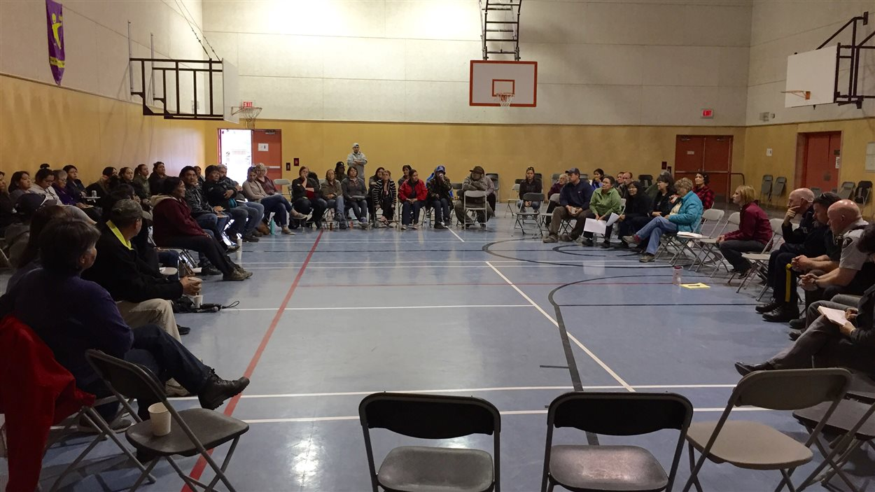 des résidents assis dans un gymnase