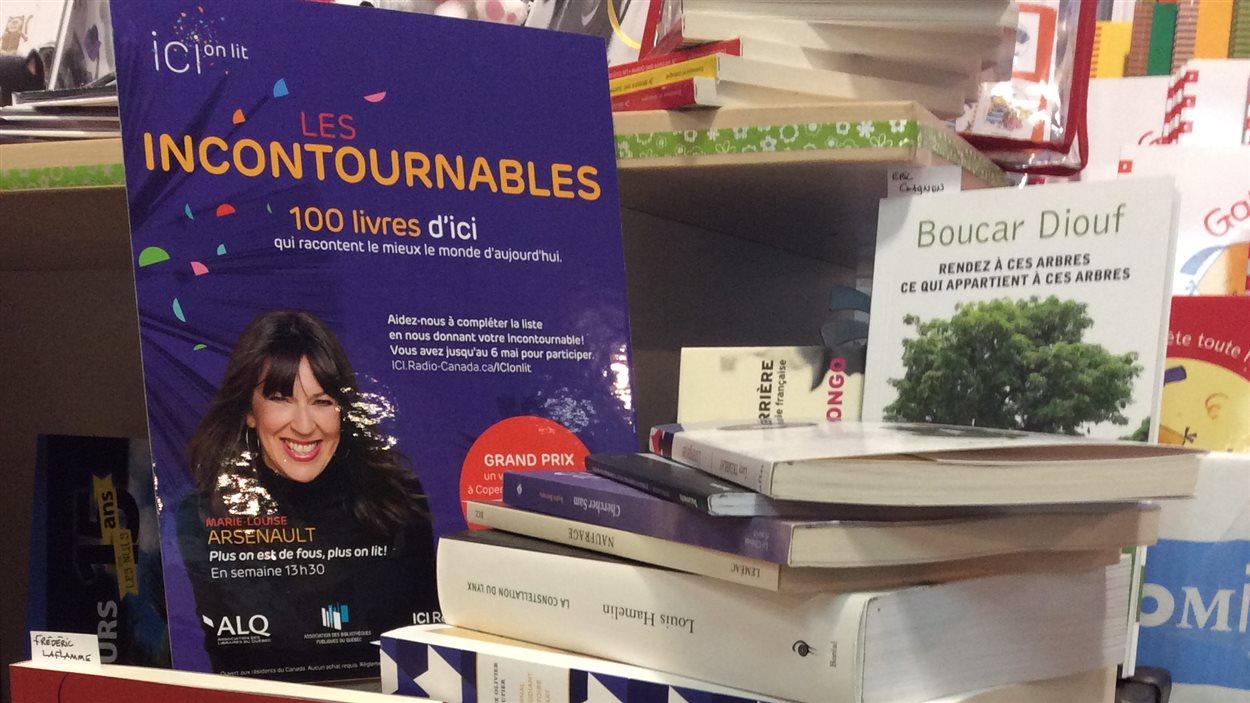 Quelques-uns des livres incontournables 2016 (les 100 livres canadiens qui racontent le mieux le monde d'aujourd'hui) photographiés à la Librairie A à Z de Baie Comeau