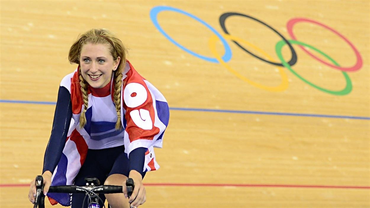 La Britannique Laura Trott célèbre sa conquête de l'or au 500 m contre-la-montre aux Jeux de Londres