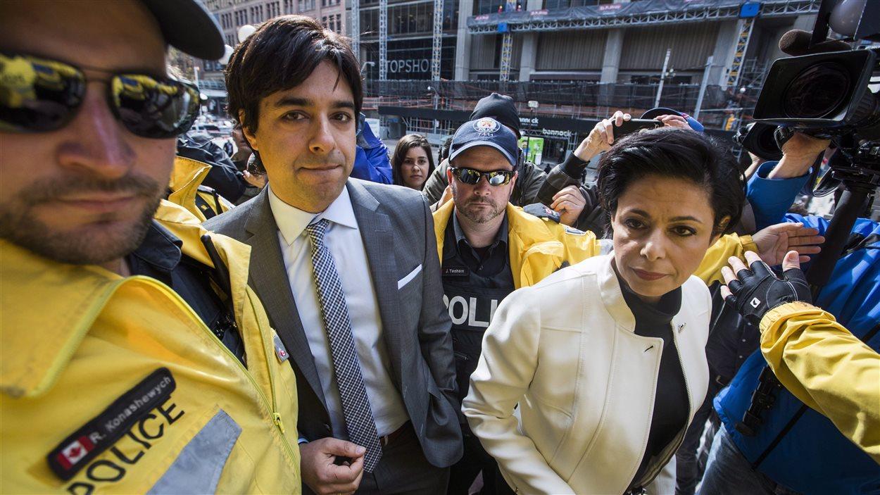 Jian Ghomeshi arrive en cour mercredi, accompagné avec son avocate Marie Henein.