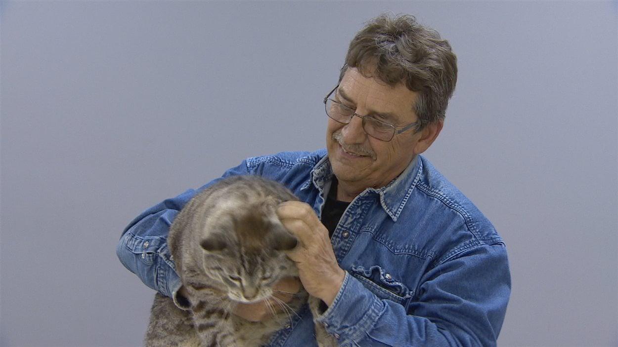 Mike Manning et son chat Simon.