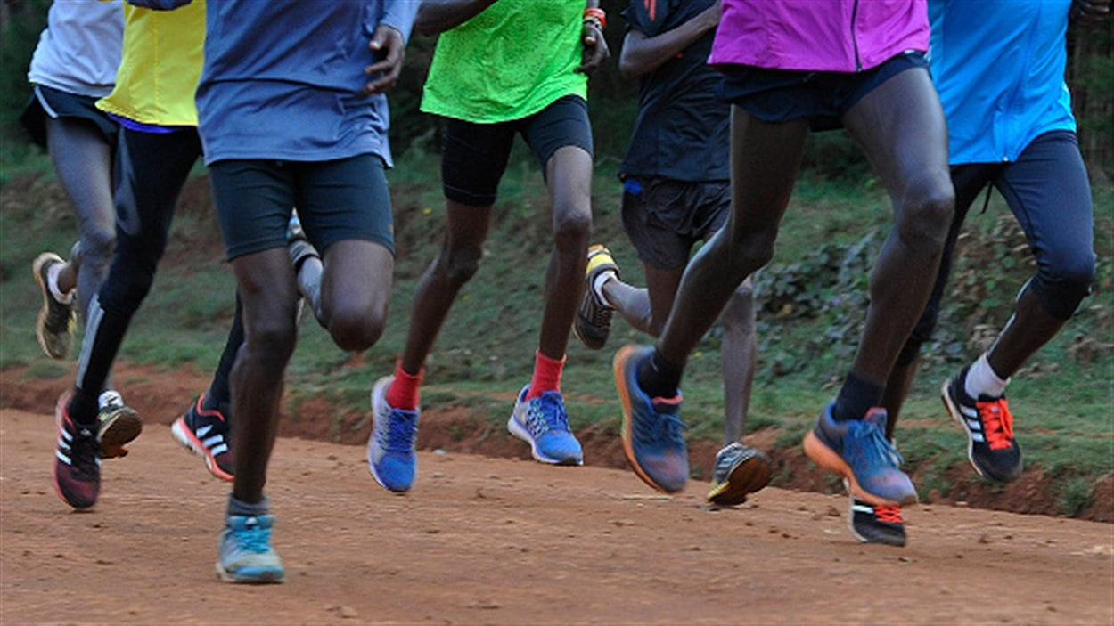Des athlètes kényans en course