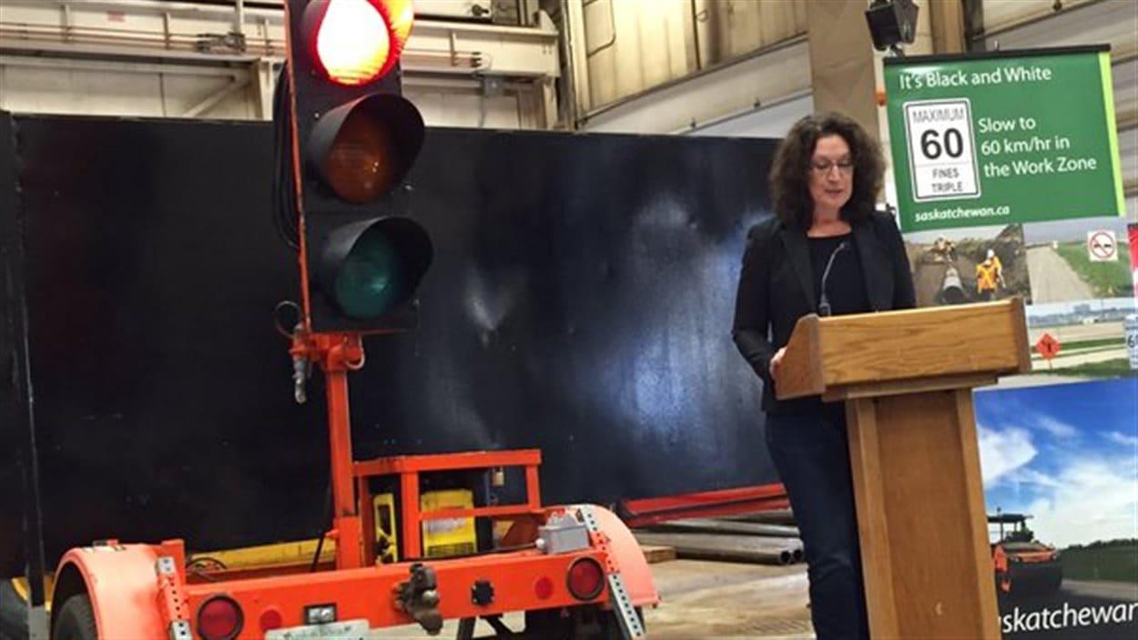La ministre de la Voirie et de l'Infrastructure Nancy Heppner lance une technologie pour améliorer la sécurité dans les zones de travaux.