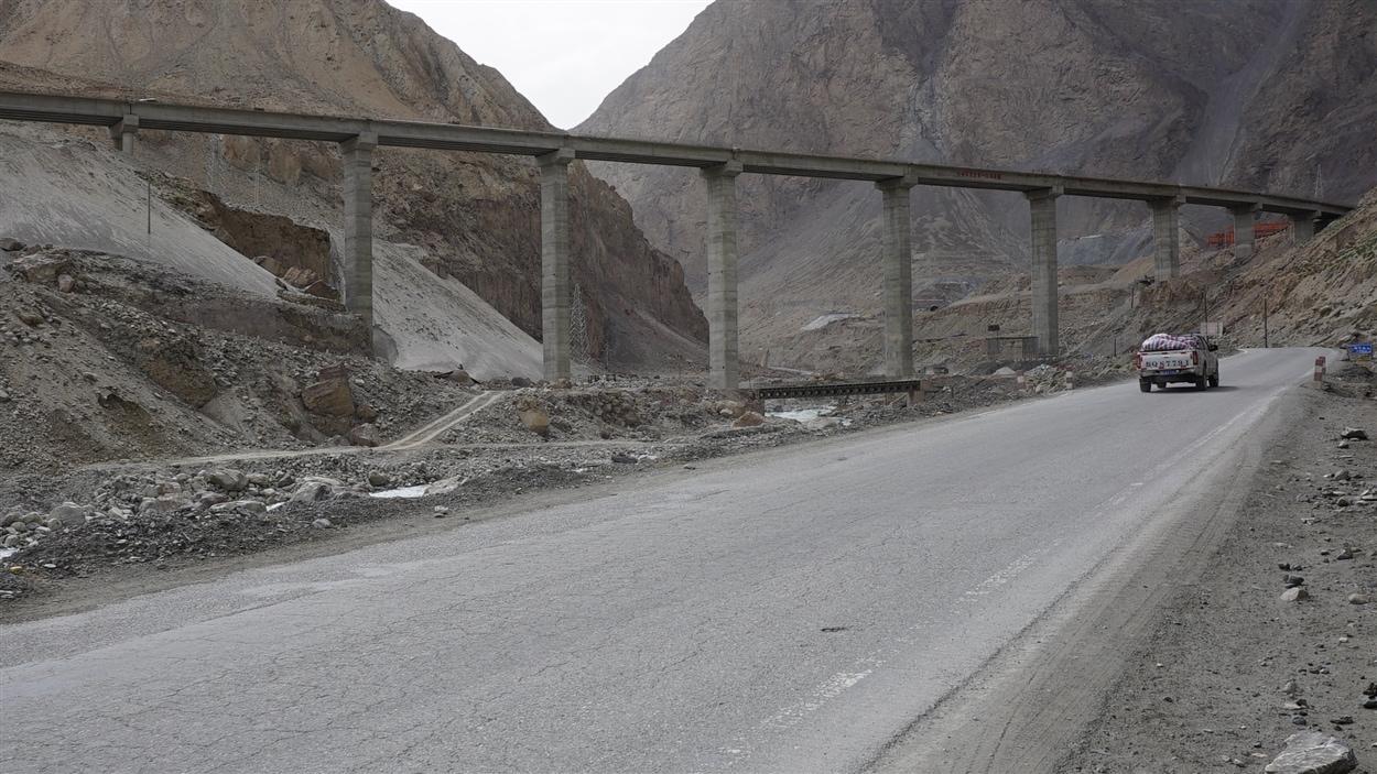 Le paysage aride se métamorphose avec la construction de viaducs et de tunnels.